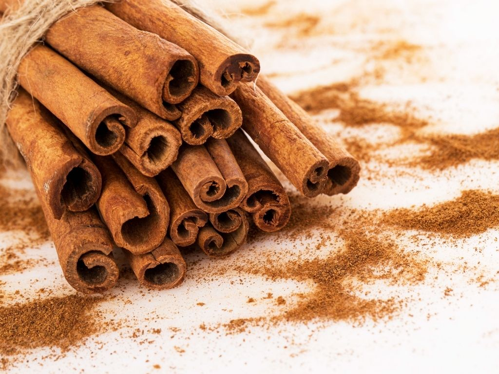 cinnamon sticks and ground cinnamon spice